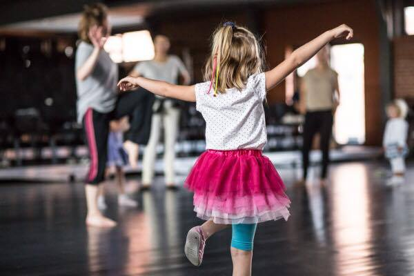 """Superheroes dance"" workshops for families with little children 