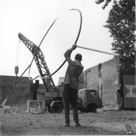 Zdjęcie pracy Picture story from the 1st Biennale of Spatial Forms in Elbląg, 1965. Edward Krasiński during the hoisting of his spatial form