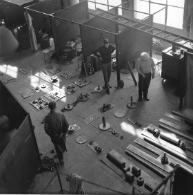 Zdjęcie pracy Picture story from the 1st Biennale of Spatial Forms in Elbląg, 1965. Witold Pańko (first from right), completing elements for the construction of a spatial form by Bogusław Szwacz